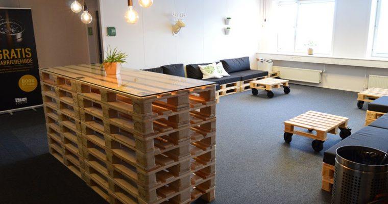 Kreative virksomhedsmøbler af paller