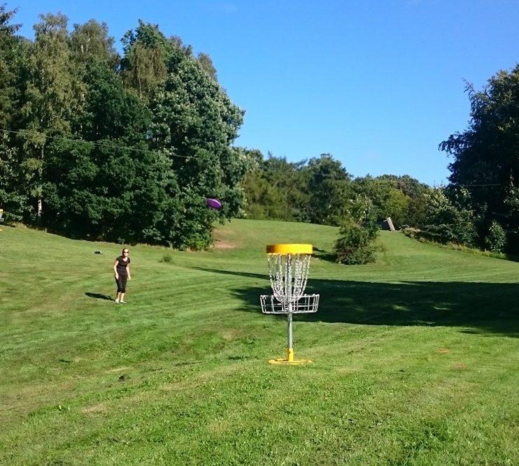 Tag en kollega, en ven eller familien i hånden og spil Disc Golf I Havreholm Klatrepark