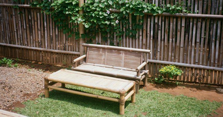 Ekstra siddepladser i haven med smukke havebænke
